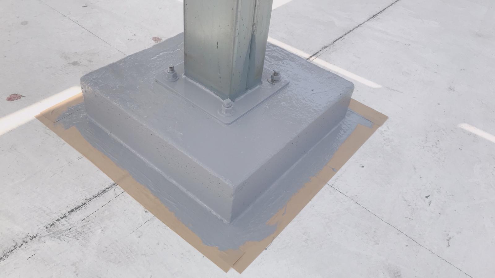 水泥基礎座上塗佈二次防水漆